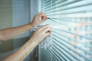blinds, hands, cleaning-5928692.jpg